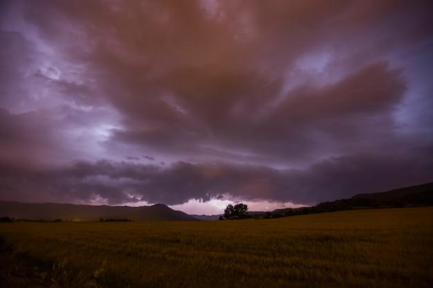 Nuages spectaculaires et éclairs à manresa, barcelone, catalogne, nord de l'espagne