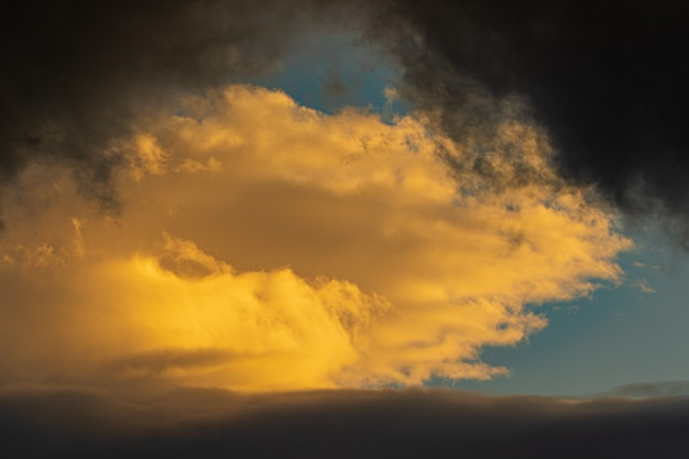 Nuages spectaculaires illuminés levant du soleil flottant ciel bleu contexte météorologique naturel