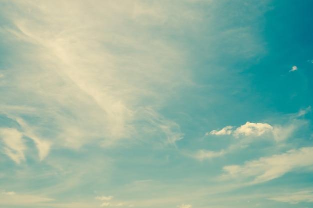 Nuages vintage sur le ciel avec espace et vintage aux tons.