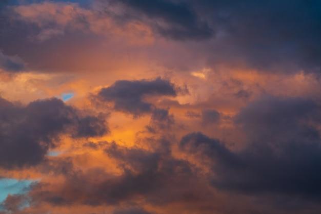 Nuages violets illuminés par des rayons disparaissant au coucher du soleil fond de météorologie météo majestueux mot ...