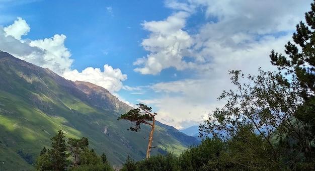 Les nuages volent au-dessus des montagnes. caucase