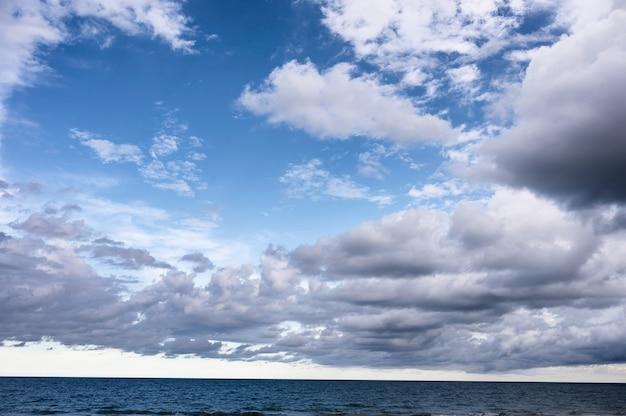 Nuageux sur ciel bleu au-dessus de la mer tropicale