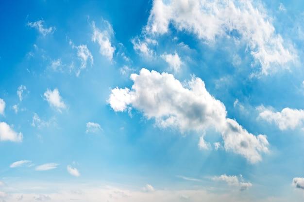 Nuageux ciel bleu