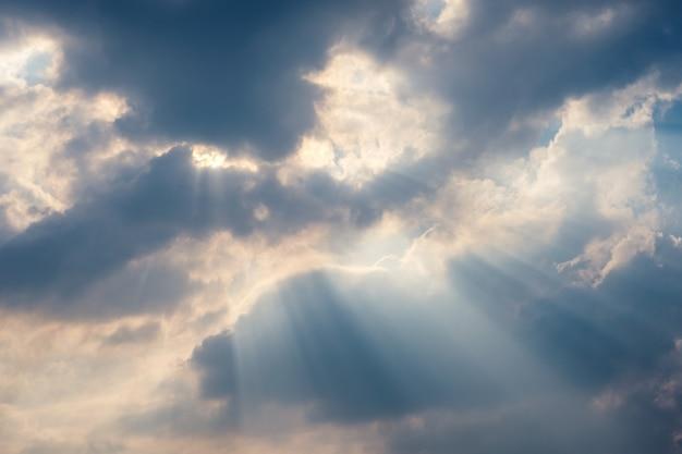 Nuageux dans le ciel bleu avec streamer de la lumière du soleil