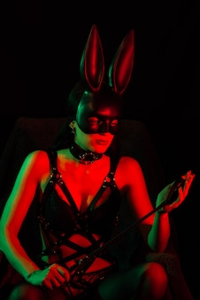 Nue sexy maîtresse fille masquée lapin en ceinture en cuir