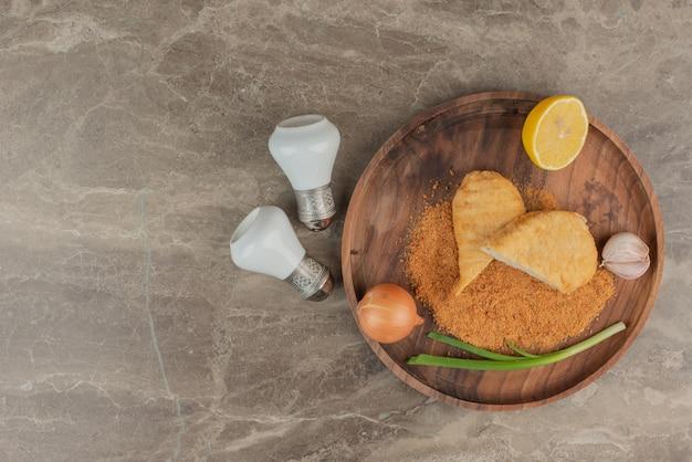 Nuggets de poulet au citron, ail, oignon.