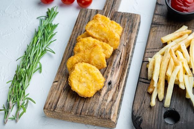 Nuggets de poulet frits sur blanc