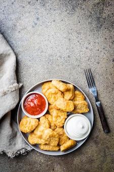 Nuggets de poulet frits croustillants à la sauce tomate