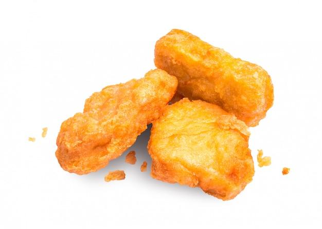 Nuggets de poulet isolés sur fond blanc. apéritif délicieux à base de poulet.
