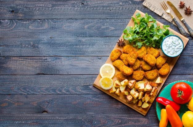 Nuggets de poulet à la sauce au yaourt sur bois