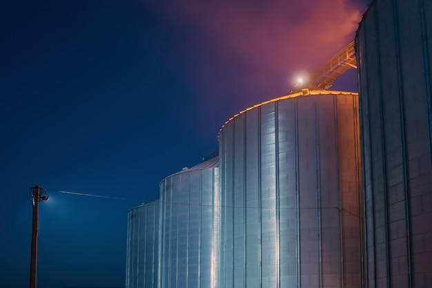 La nuit, les ascenseurs effectuent parfois des tâches de réception, de nettoyage, de séchage et de stockage du grain