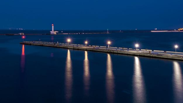 Nuit au port de mer à odessa, ukraine