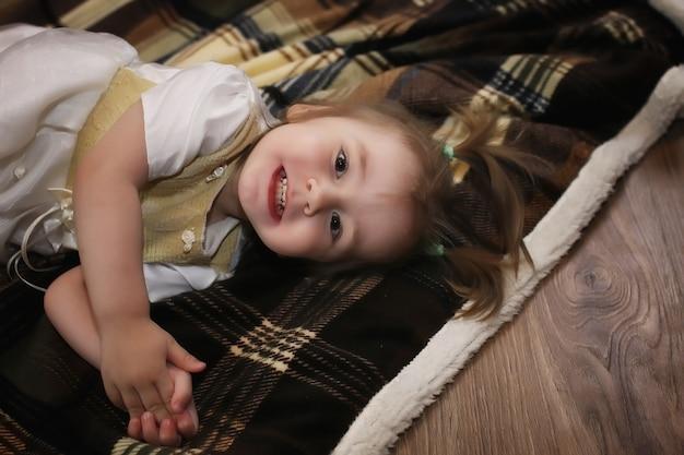 La nuit avant noël petit bébé assis sur le sol et jouant avec des jouets
