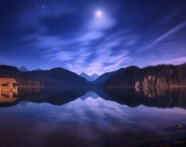 Nuit dans le lac alpsee en allemagne. paysage de nuit coloré