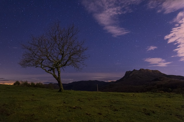 Une nuit dans la montagne basque nommée aiako harriak, à irun, au pays basque.