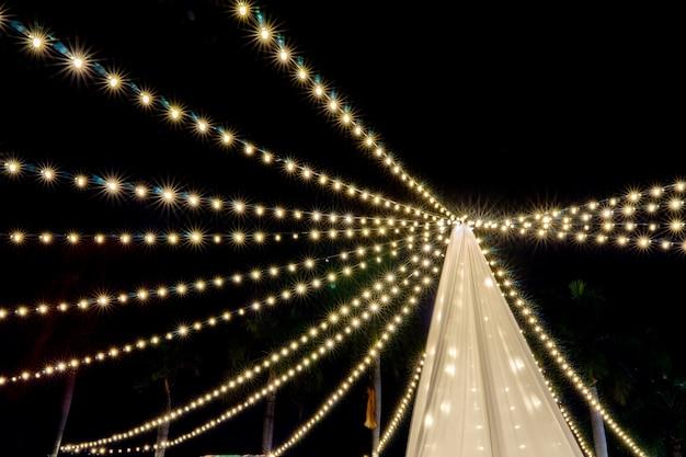 Nuit floue avec une décoration colorée avec des ampoules.