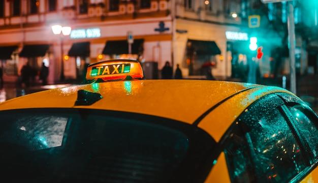 Nuit humide ville rue pluie bokeh réflexion lumineux lumières colorées flaques d'eau trottoir voiture