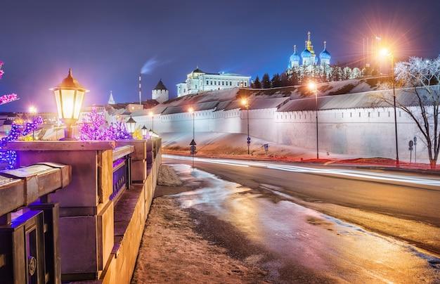Nuit sur les murs du kremlin de kazan depuis la rue baturin et une guirlande de lampadaires