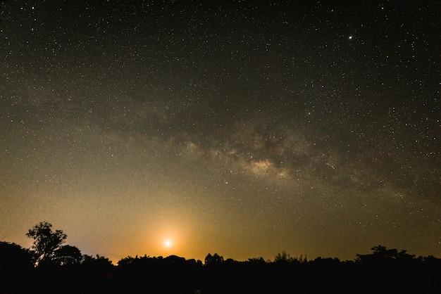 Nuit sombre avec beaucoup d'étoiles brillantes, le vaste ciel nocturne avec la voie lactée
