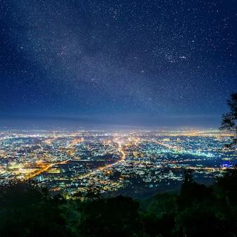 Nuit de la ville depuis le point de vue au sommet de la montagne