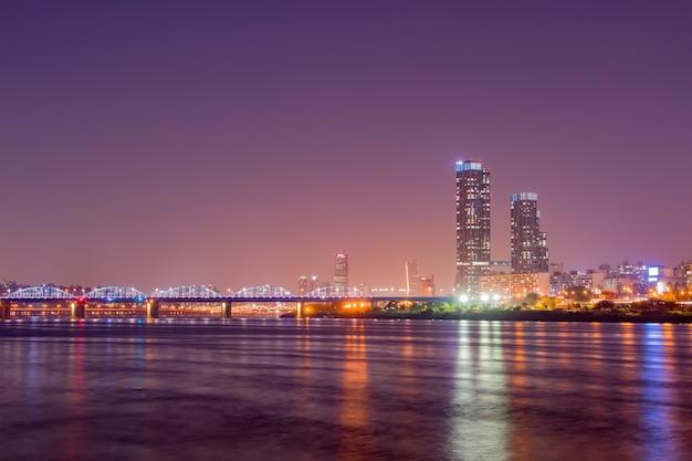 La nuit vue de la ville sur la rivière han