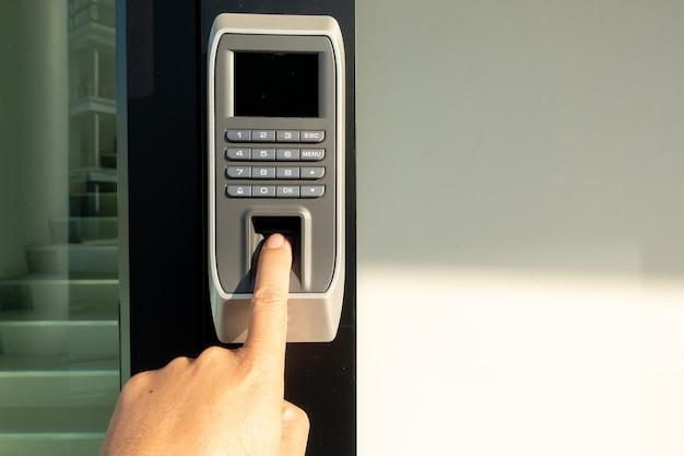 Numérisation d'empreintes digitales pour entrer dans le système de sécurité au travail