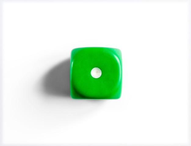 Numéro 1 sur les dés verts. surface blanche. vue de dessus