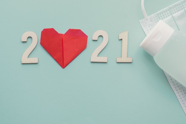 Numéro 2021 en bois avec papier coeur rouge