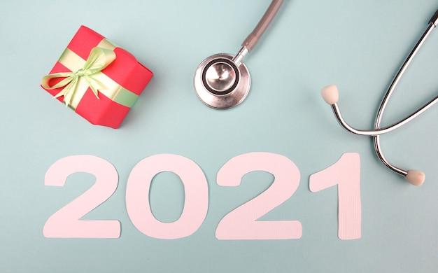 Numéro 2021 avec stéthoscope et coffret cadeau. concept bonne année.