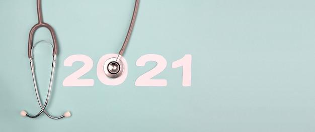 Numéro 2021 avec stéthoscope. concept bonne année