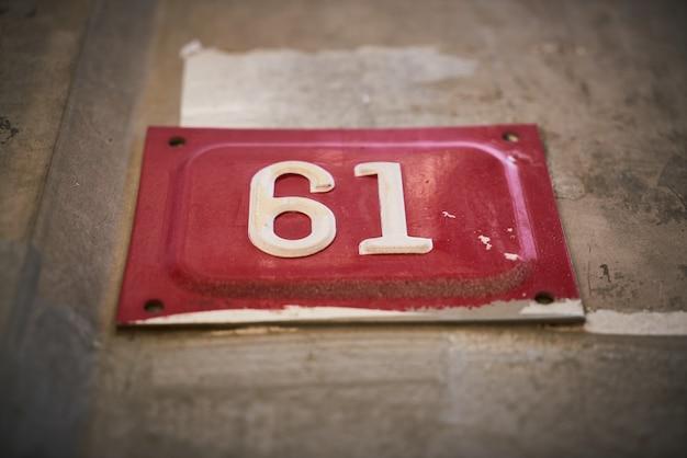 Numéro 61 sur une affiche rouge