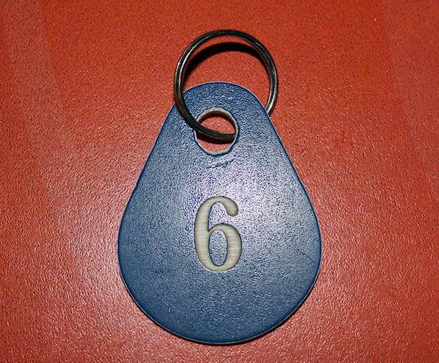 Numéro bleu avec le numéro six sur fond rouge
