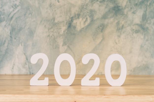 Numéro en bois 2020 pour texte de bonne année sur table en bois.
