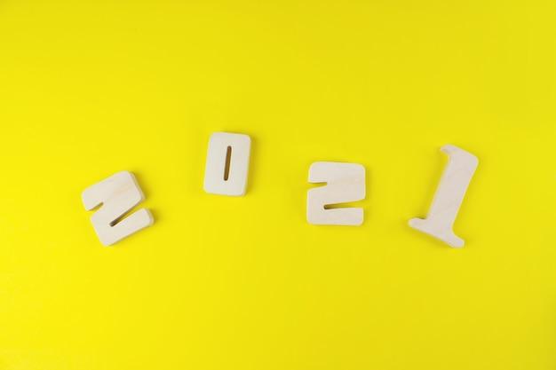 Numéro de bois 2021 pour le concept du nouvel an sur fond jaune.