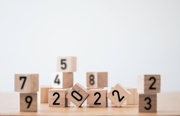Numéro de l'écran d'impression de l'année 2022 sur un cube en bois, entre autres nombre.