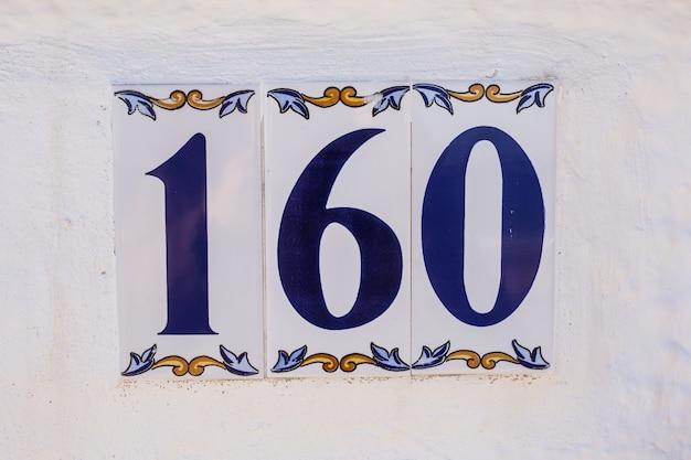 Numéro de maison en céramique cent soixante.