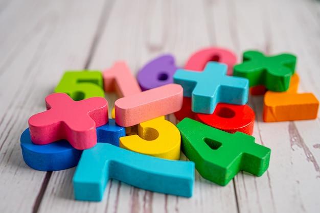 Numéro de mathématiques coloré, étude de l'éducation concept d'apprentissage des mathématiques.