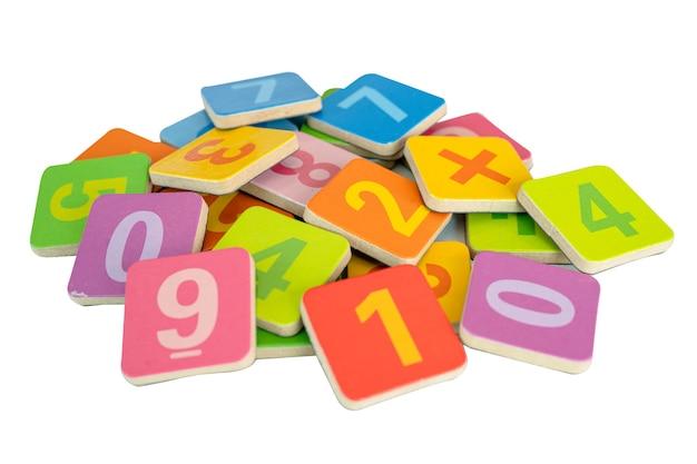 Numéro de mathématiques coloré sur fond blanc, concept d'enseignement des mathématiques d'étude d'éducation.