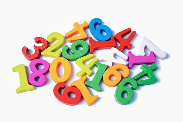 Numéro de maths coloré sur fond blanc, éducation étude mathématiques apprentissage enseigner le concept.