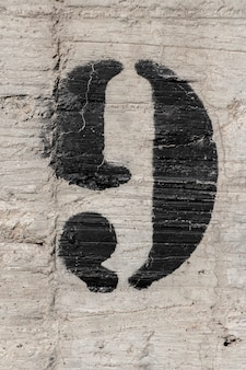 Numéro neuf, pochoir peint sur un mur de béton, numéro neuf, numéro 9