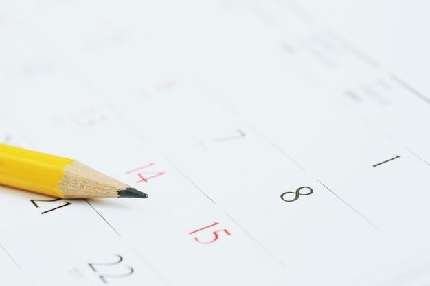 Numéro de page du calendrier. crayon jaune pour marquer la date souhaitée