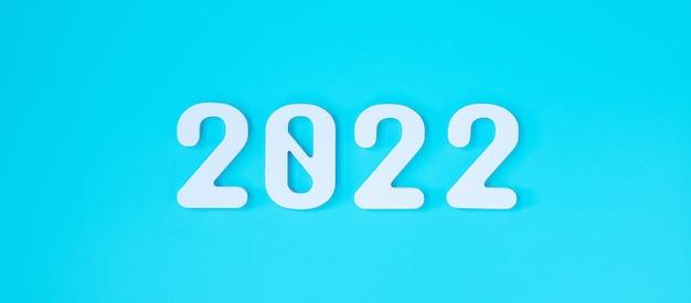 Numéro de texte blanc 2022 sur fond bleu. concepts de résolution, de planification, de révision, d'objectif, de début et de fin d'année