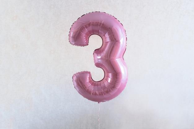 Numéro trois. 3. ballon rose avec le numéro trois pour l'anniversaire de la fille. fete a la maison
