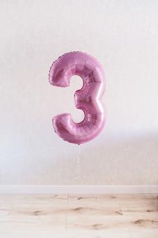 Numéro trois. 3. ballon rose avec le numéro trois pour l'anniversaire de la fille.