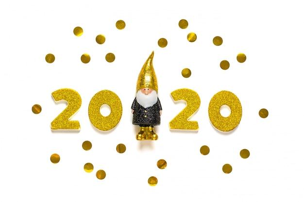 Numéros de 2020 décorés d'éclat d'or, elfe en noir, couleur or isolé sur fond blanc.