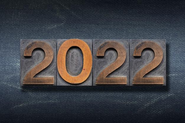 Numéros 2022 fabriqués à partir de la typographie en bois sur fond de jeans foncé
