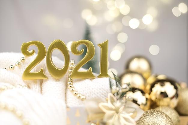 Numéros de l'année 2021 sur fond de bokeh doré humeur de nouvel an, noël, fond de nouvel an