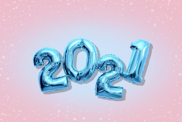 Numéros brillants 2021, concept de bonne année nuances pastel plat lay.