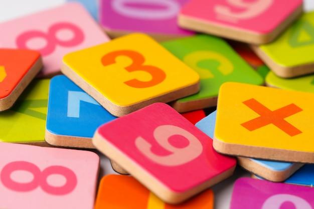 Numéros colorés sur des cartes