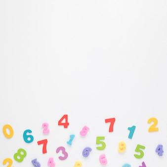 Numéros colorés sur fond d'espace copie blanche